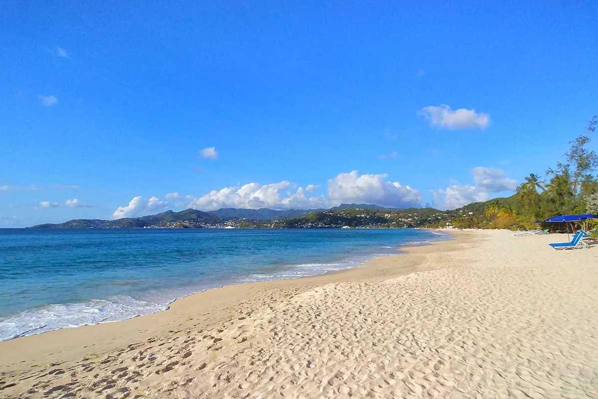 Relaxen am Grand Anse Beach am Tag