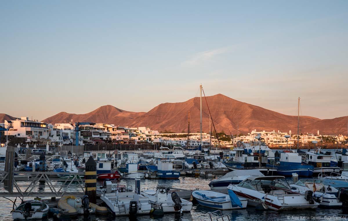 Hafen Playa Blanca und Ajaches Gebirge im Abendlicht