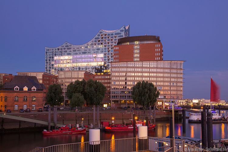 Die Elbphilharmonie in Hamburg zur blauen Stunden