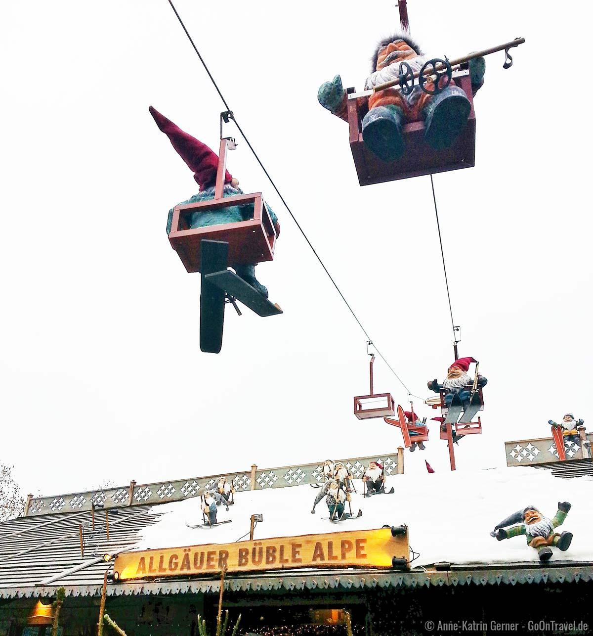 Heinzelmännchen über dem Weihnachtsmarkt in Köln