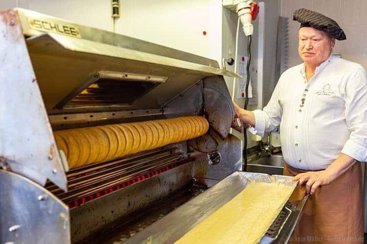 Jede Schicht vom Baumkuchen muss etwa 2-3 Minuten backen.