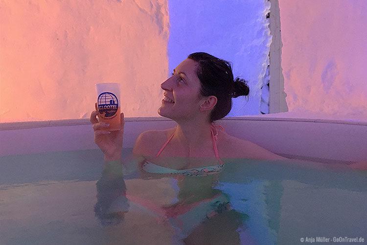 Im Hot-Tub mit Heißetränk und Schneeflöckchen von oben.
