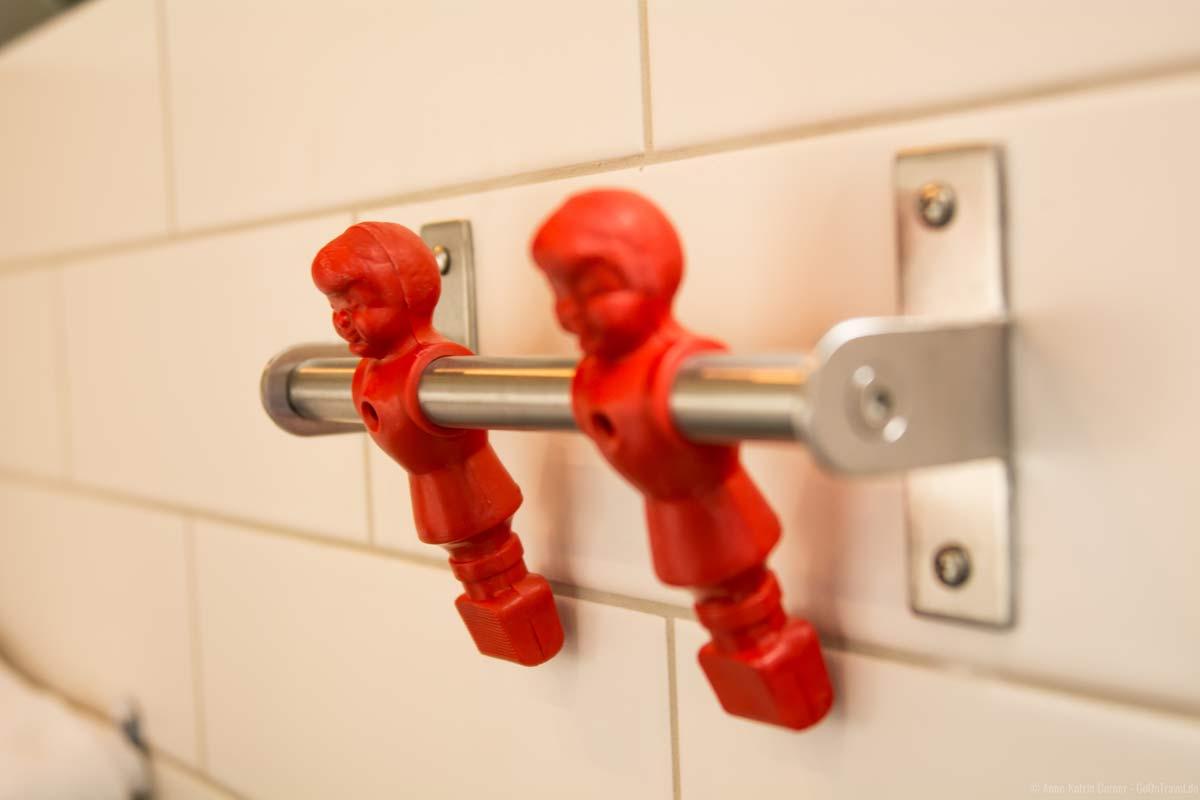 Kicker-Männchen als Handtuchhalter im Badezimmer