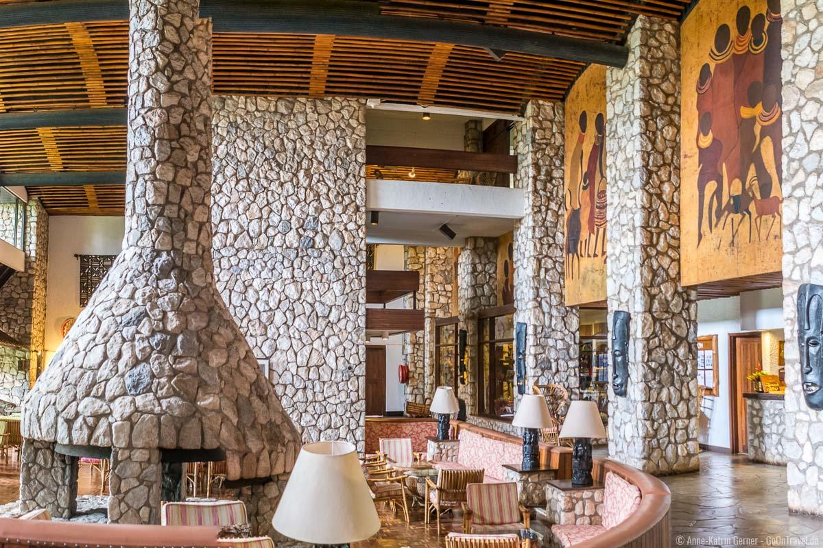 Lobbybereich mit Kamin aus Naturstein in der Taita Hills Lodge