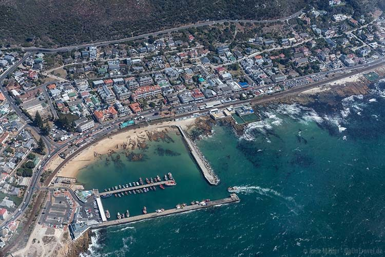 Hubschrauber Rundflug über Kapstadt: Blick von oben auf eine Küstenstadt