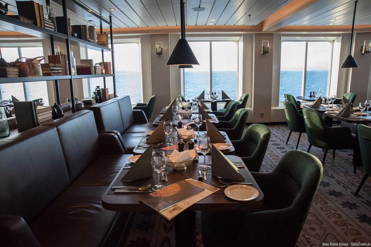 festlich eingedeckte Tische auf der MS Nord Norge
