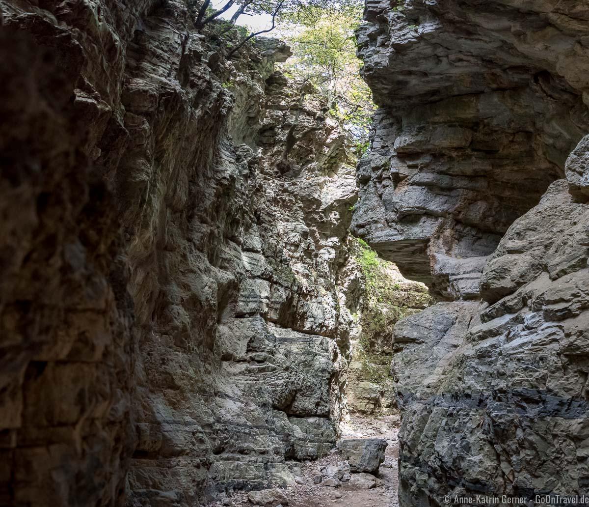 schmaler Weg durch die Steilwände