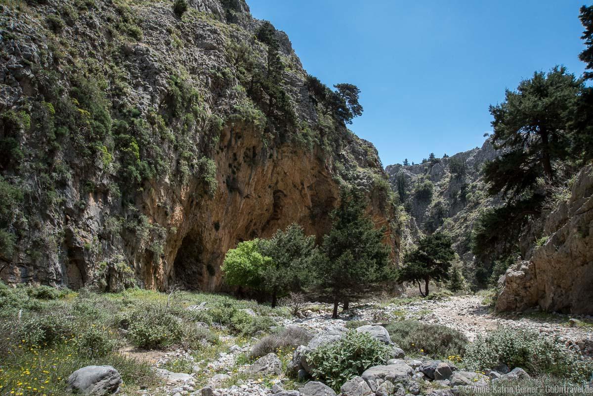 in der Schlucht gibt es auch einige Höhlen in den Felsen
