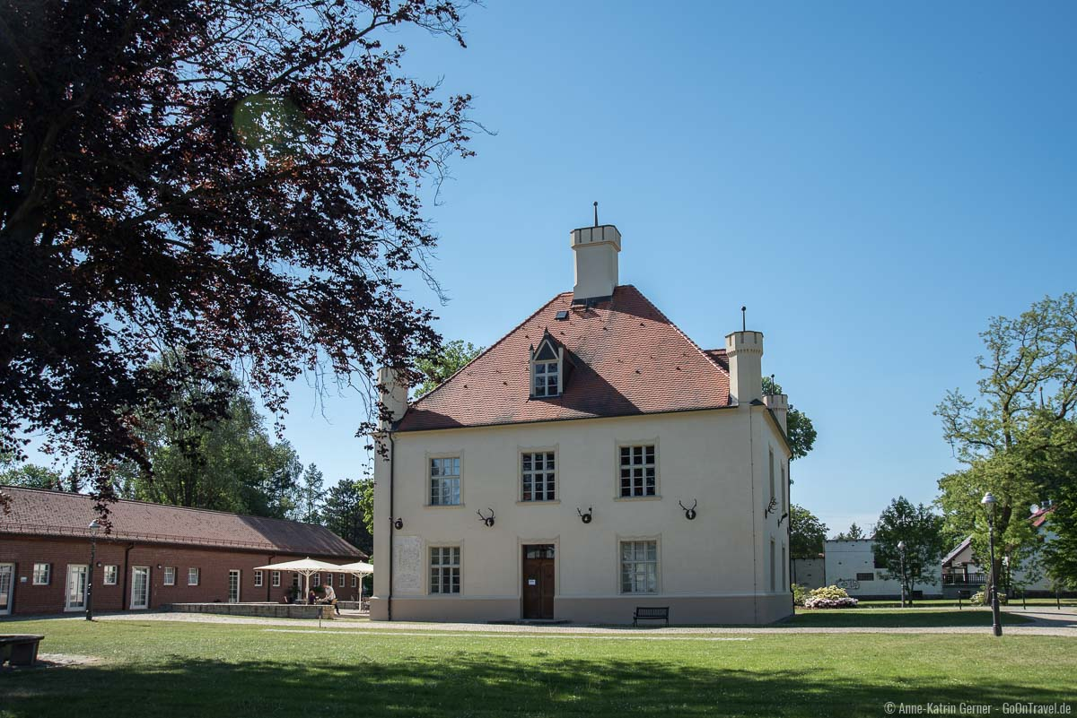 Jagdschloss Schorfheide und Remise (links) in Groß Schönebeck