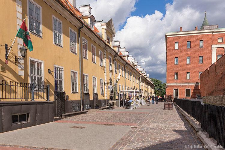 Die Jakobs Baracken mit der gegenüberliegenden Stadtmauer