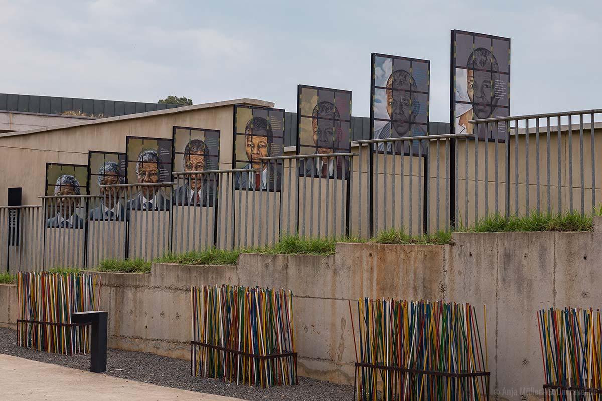 Auf dem Gelände vom Apartheit Museum