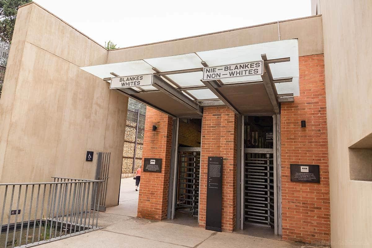 Der Eingang zum Apartheit Museum