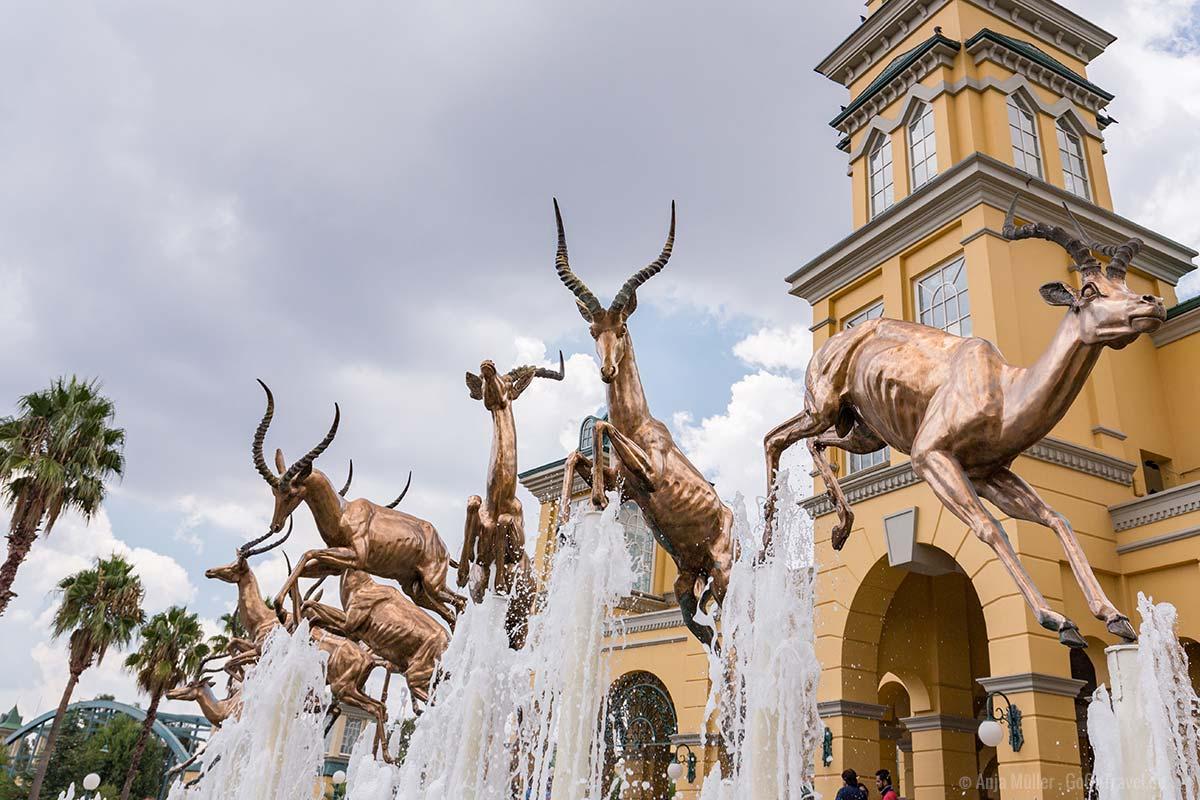 Der Springbrunnen vor dem Gold Reef City Casino Hotel