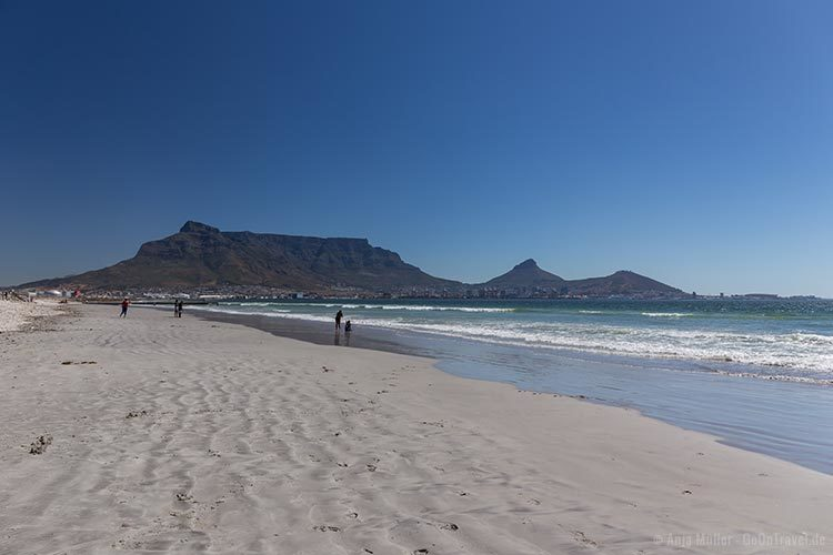 Der Strand in Milnerton mit Blick auf den Tafelberg