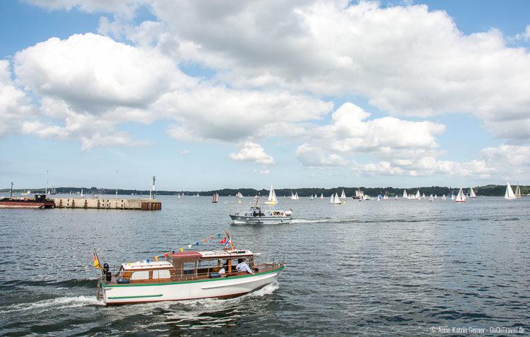 Pendelverkehr mit Barkassen zur Open Ship