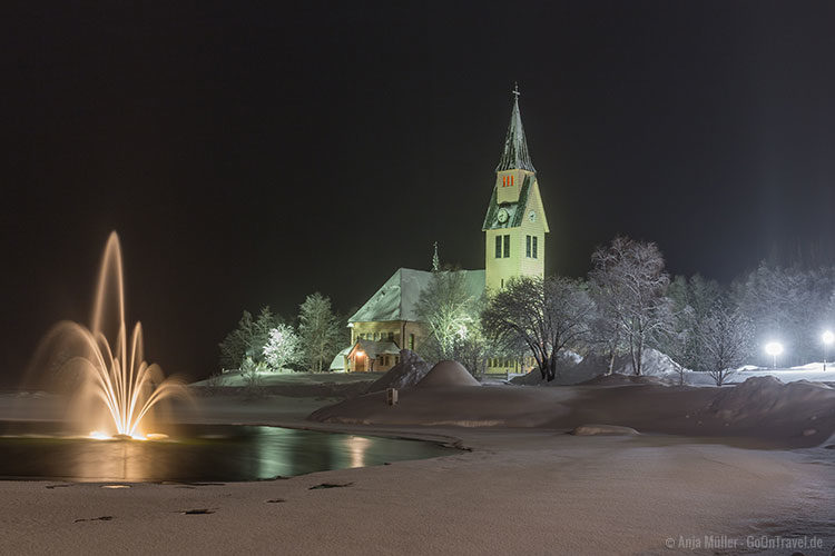 Die Kirche in Arjeplog am Abend erstrahlt in grün.