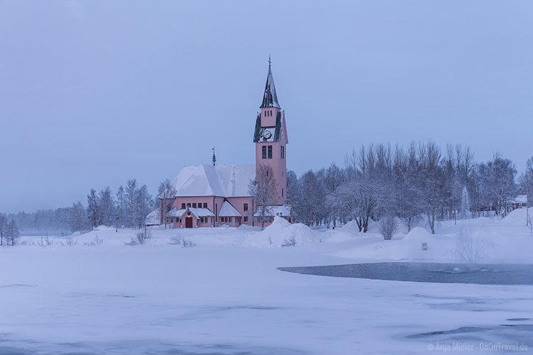 Die Kirche in Arjeplog am Tag