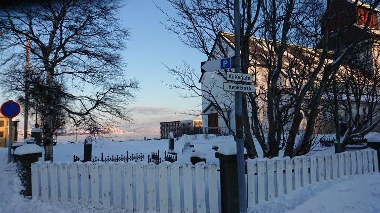 in Kirkenes ist die Straßenbeschilderung zweisprachrig