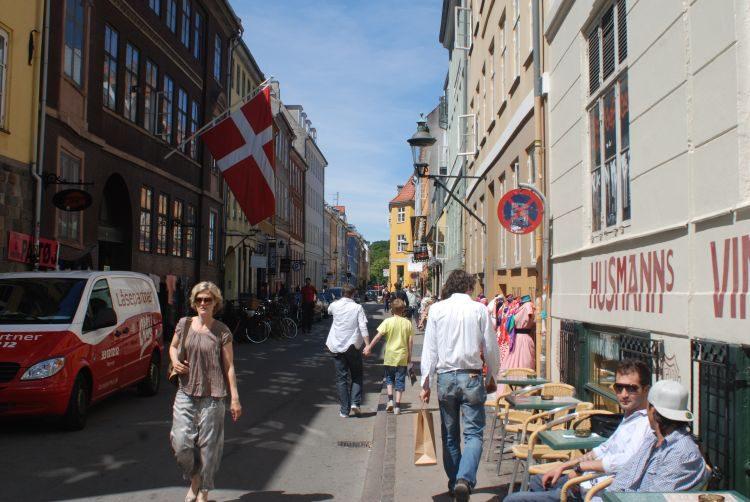 In den Nebenstraßen in Kopenhagen verbergen sich viele kleine Geschäfte.