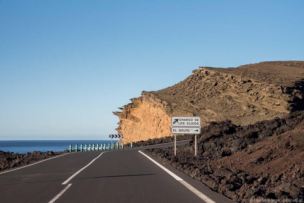 Küstenstraße mit bizarren Küstenabbrüchen am grünen See