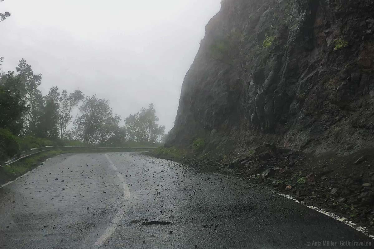 Steine auf der Straße nach Regenfällen