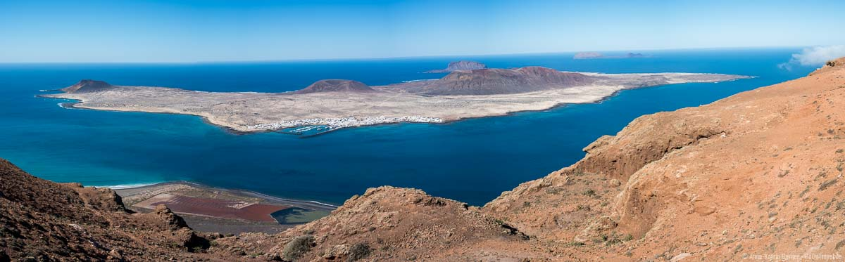 Panoramablick auf La Graciosa vom Mirador del Río auf Lanzarote