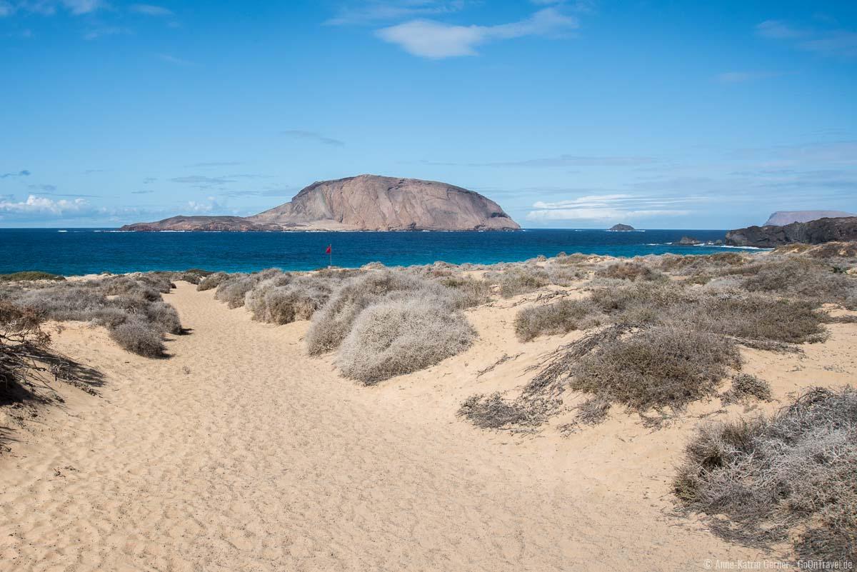 Blick auf Montaña Clara vom Playa de las Conchas
