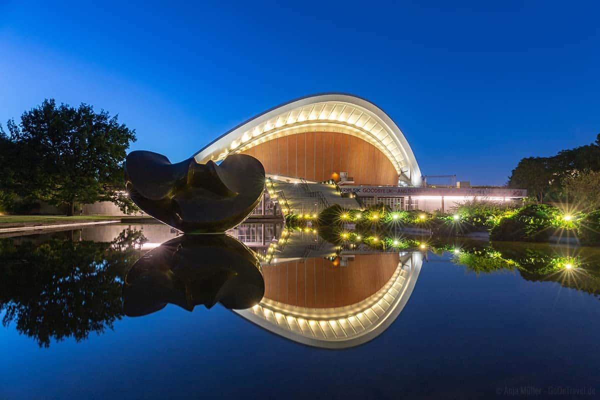 Haus der Kulturen mit Spiegelung
