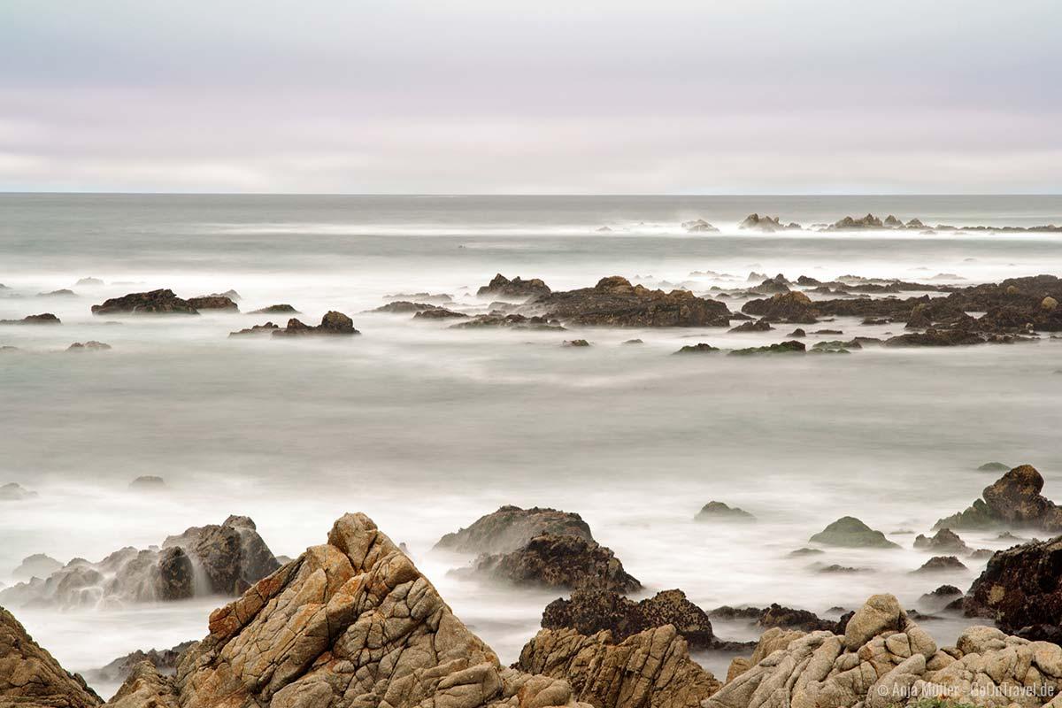Langzeitbelichtung von Wasser am Meer