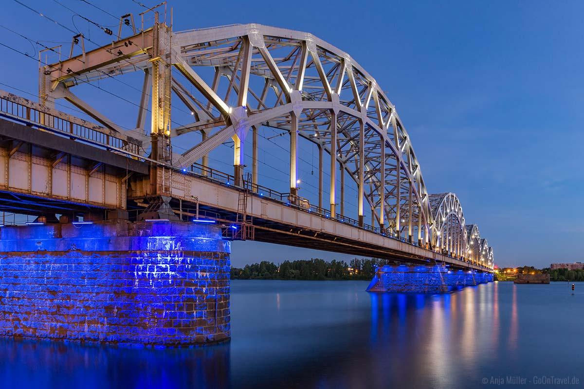 Brücke zur blauen Stunde in Riga