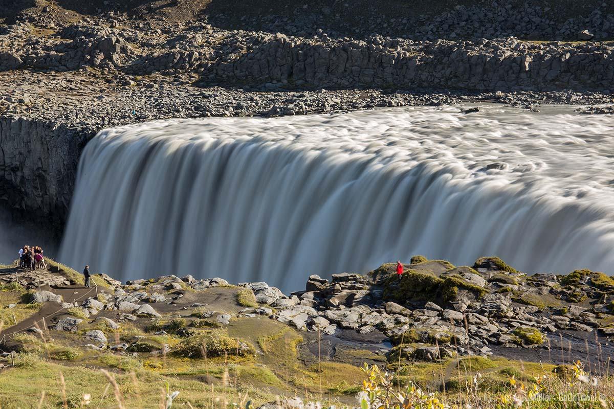 Langzeitbelichtung am Wasserfall mit Sonnenlicht auf Island