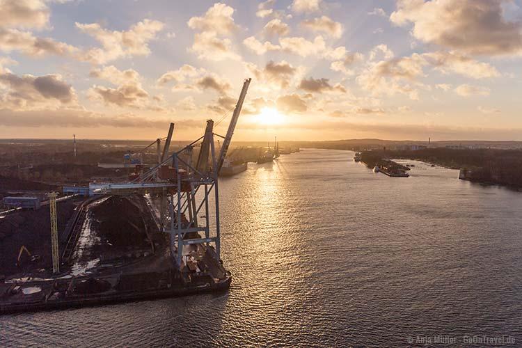 Blick auf den Hafen von Swinemünde zum Sonnenuntergang