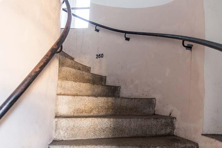 Im Treppenhaus vom Leuchtturm: Zur Motivation werden die bereits zurückgelegten Stufen angezeigt.