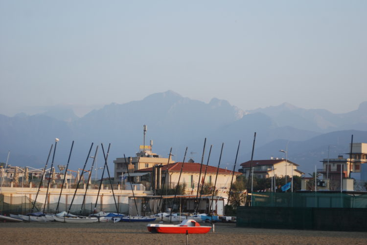 Die Apuanischen Alpen im Hintergrund von Lido di Camaiore