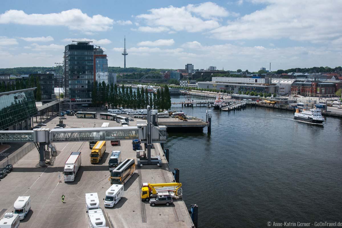 Blick vom Schiff auf das Color Line Terminal und Norwegerkai in Kiel
