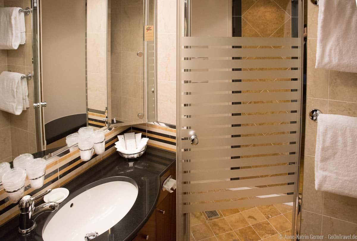 Badezimmer mit Dusche in der Color Suite