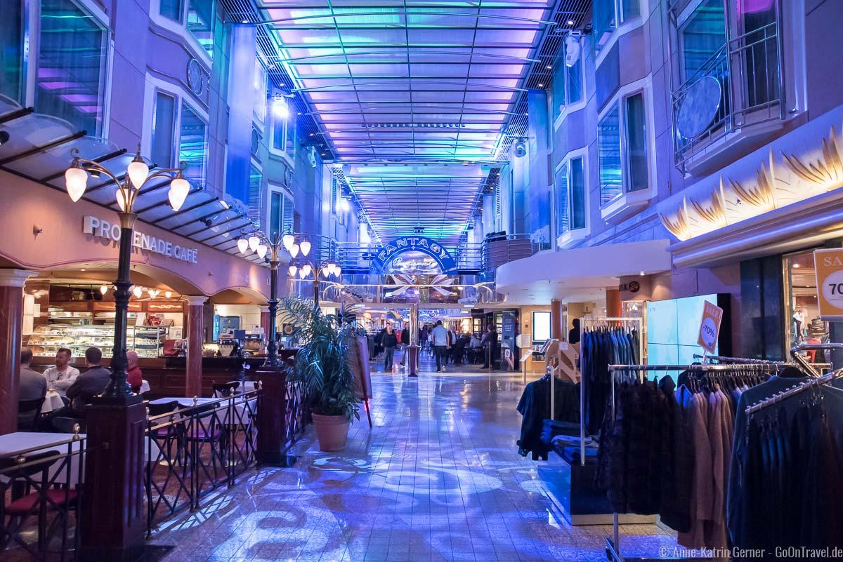 Promenade mit Geschäften auf Deck 7