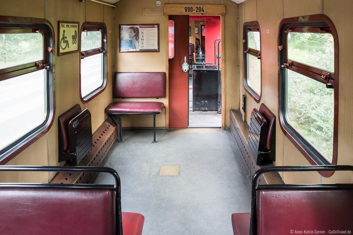 Fahrgastraum der Bäderbahn Molli