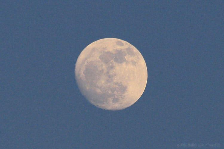 Mond fotografieren in der der blauen Stunde: 1/400 Sekunden, f/7,1, ISO 640, 300 mm