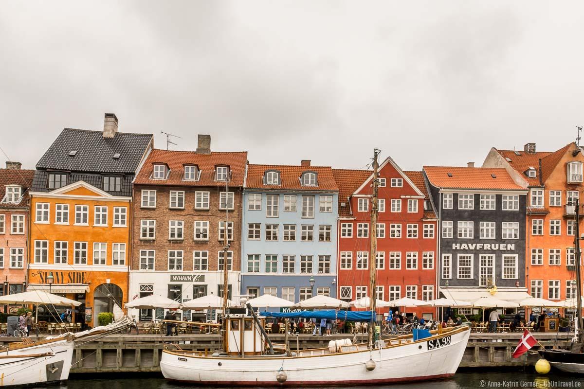Die berühmten bunten Häuser am Nyhavn bei Regen