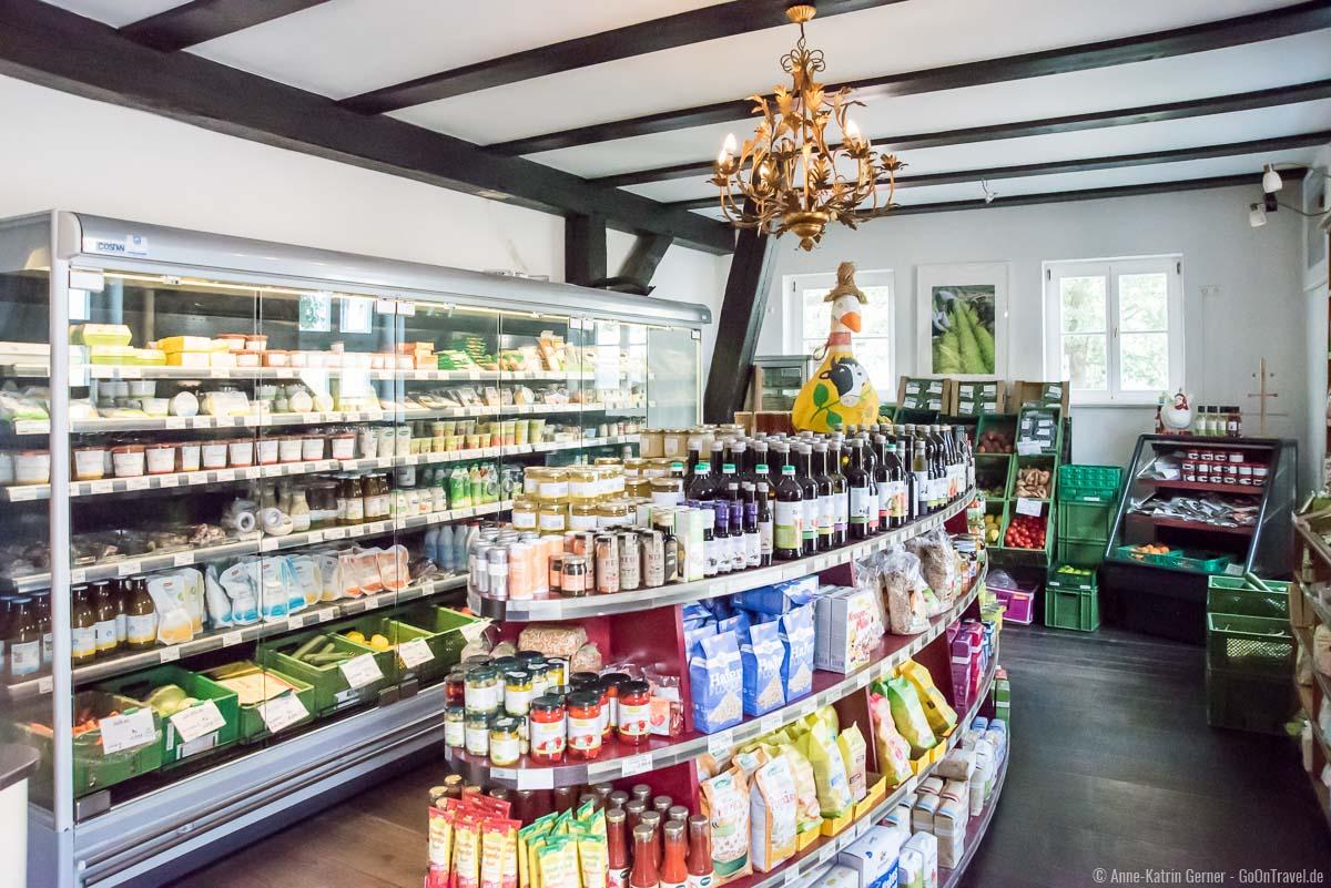 Auswahl regionaler Demeterprodukte im Hofladen in Brodowin