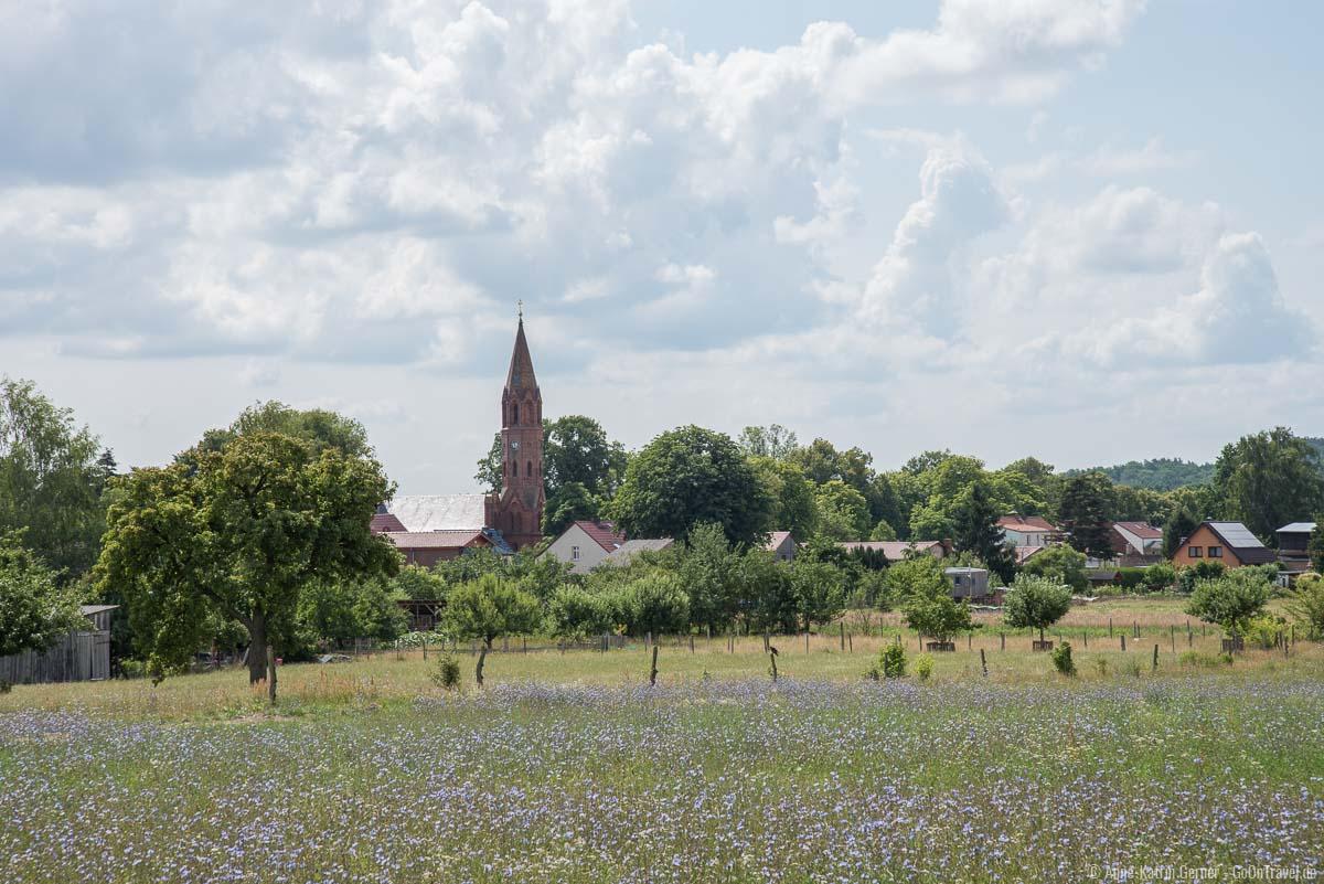 Brodowiner Dorfkirche im Sommer
