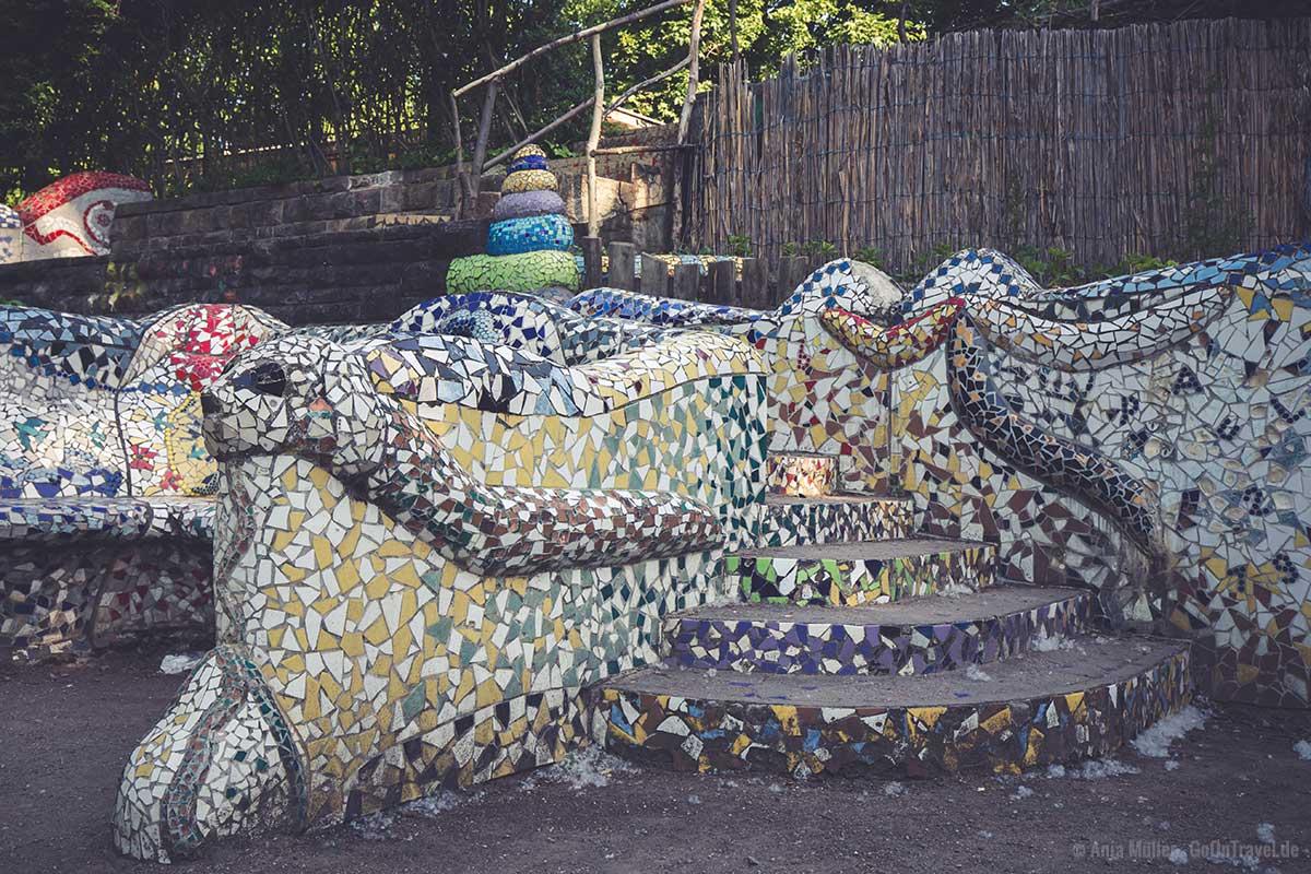 Bank aus Mosaik im Paradiesgärtlein