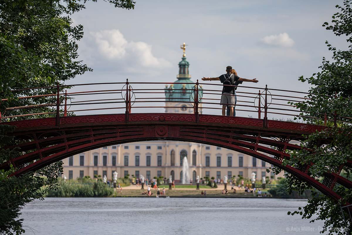 Rote Brücke mit dem Schloss im Hintergrund