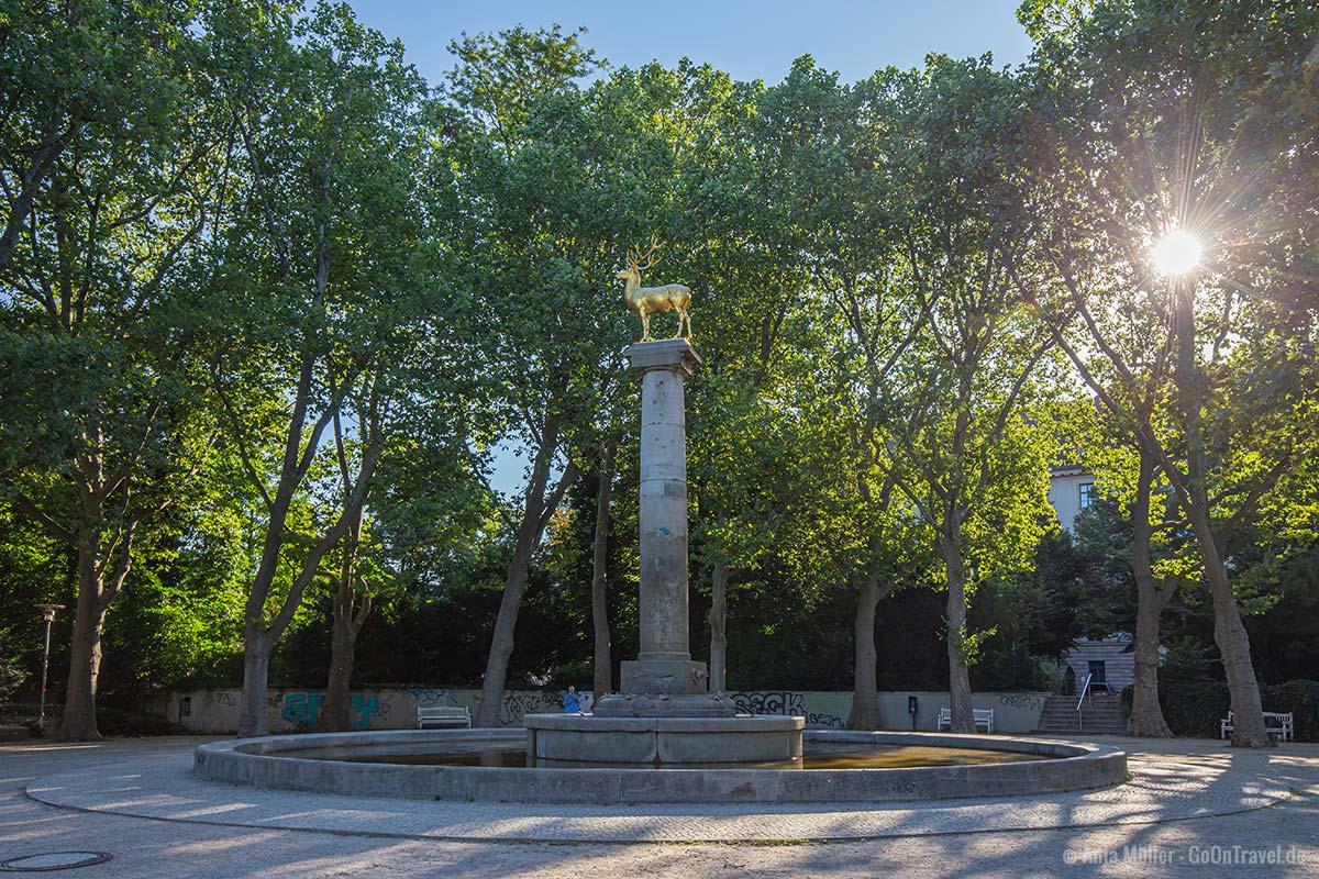 Der Hirschbrunnen mit dem goldenen Hirsch