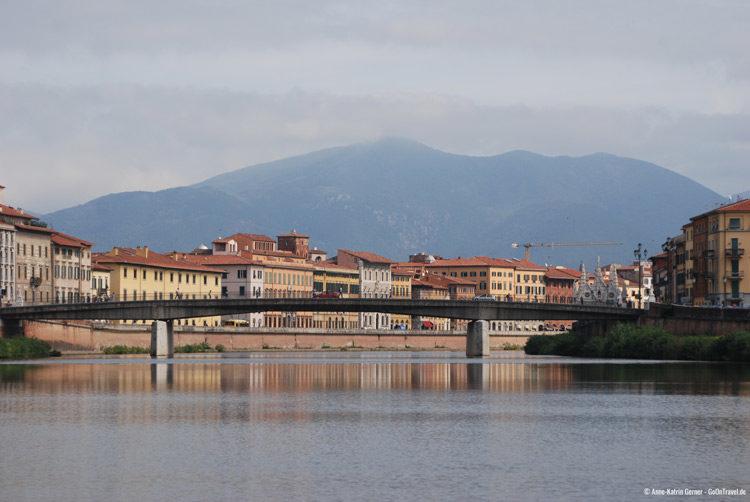 Auf dem Fluss Arno in Pisa