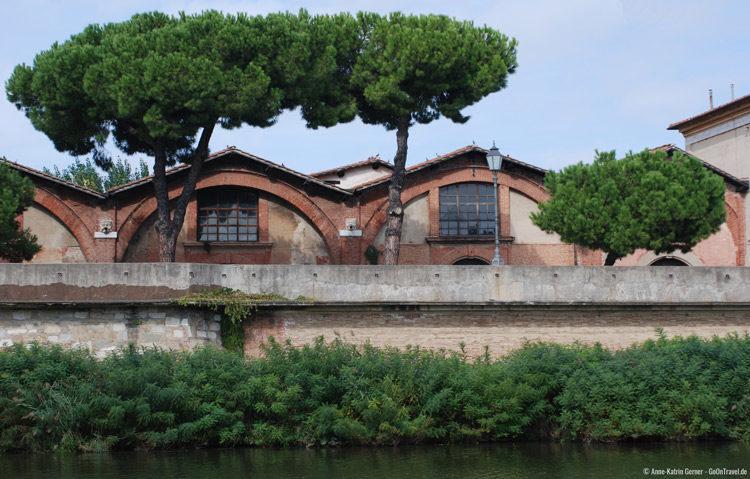 Entlang des Flusses Arno in Pisa