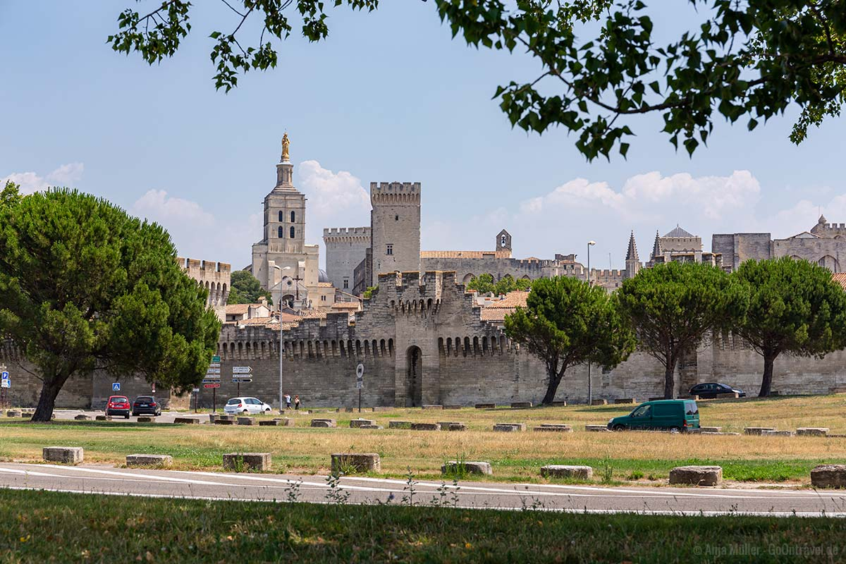 Die Stadtmauer von Avignon mit Blick auf die Kathedrale