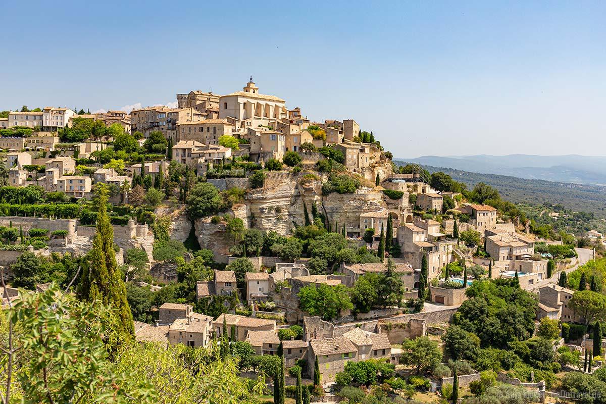 Blick auf das Bergdorf Gordes im Westen der Provence