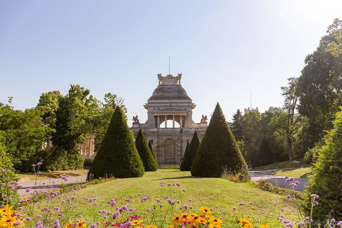 Die Gartenansicht des Palais Longchamp